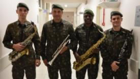 Banda do exército presta homenagem para paciente internado no HSI