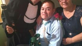 Paciente da UTI é levado pelo corpo médico à formatura do filho