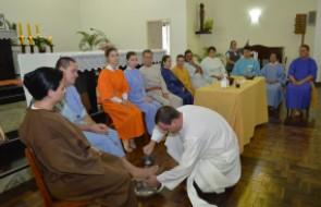 Colaboradores e Convidados encenam Lava Pés em Celebração à Páscoa