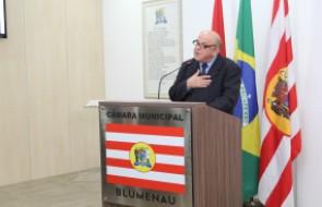 Dr. Joares Luiz Nogara recebe Mo��o de Louvor na C�mara Municipal de Blumenau