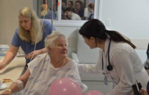 Pacientes fazem as unhas e são maquiadas em ação pelo Outubro Rosa