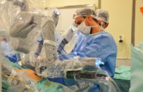 Primeira cirurgia robótica de Santa Catarina é realizada e paciente recebe alta